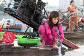lessive-femme-vietnam-bateau