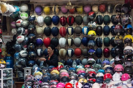 vendeuse-casque-moto-hanoi-vientam-magasin