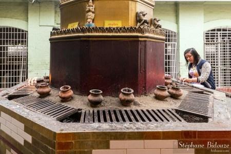 Mahamuni-autel-femme-religieux-mandalay