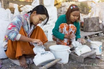 femme-jeunes-birmanes-artisan-sculpture