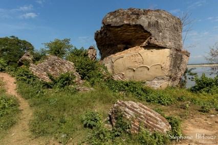 Les ruines des statues géantes de Lions, anciennes gardiennes de la pagode de Mingun