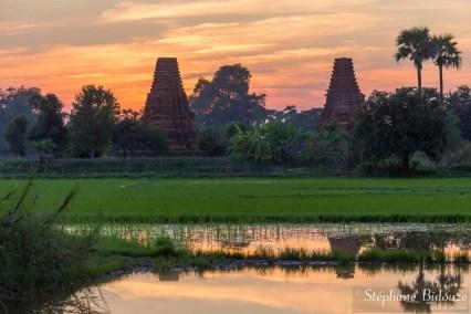 Crépuscule sur les pagodes en ruine à Inwa