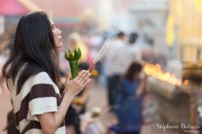 thai-femme-prière-temple-encens