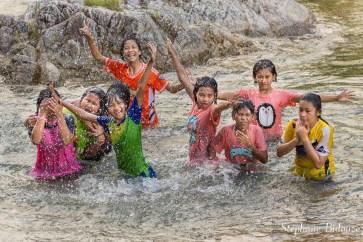 enfant-thai-riviere-jeux