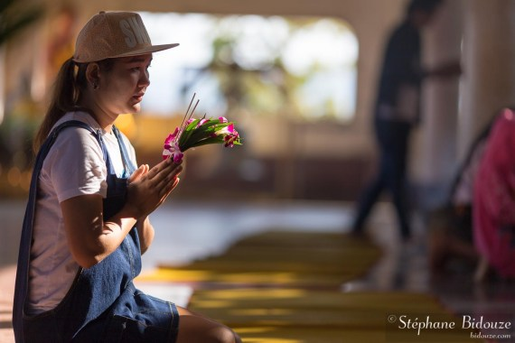 femme-orchidé-priere-thailande