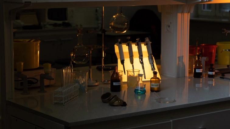 Trzecie światło - najmniejsza lampa, najbardziej widoczna.