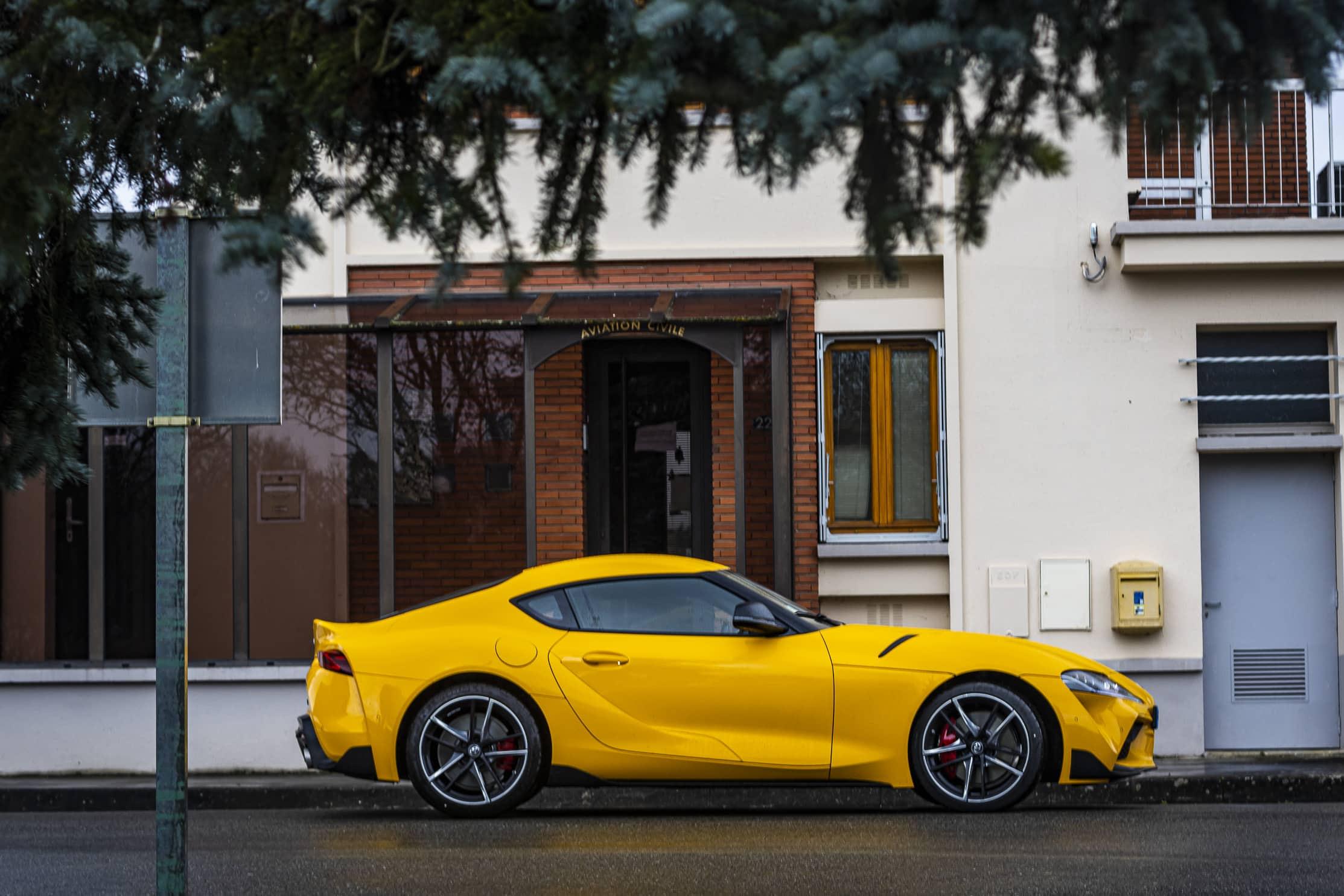 Toyota Supra jaune profil