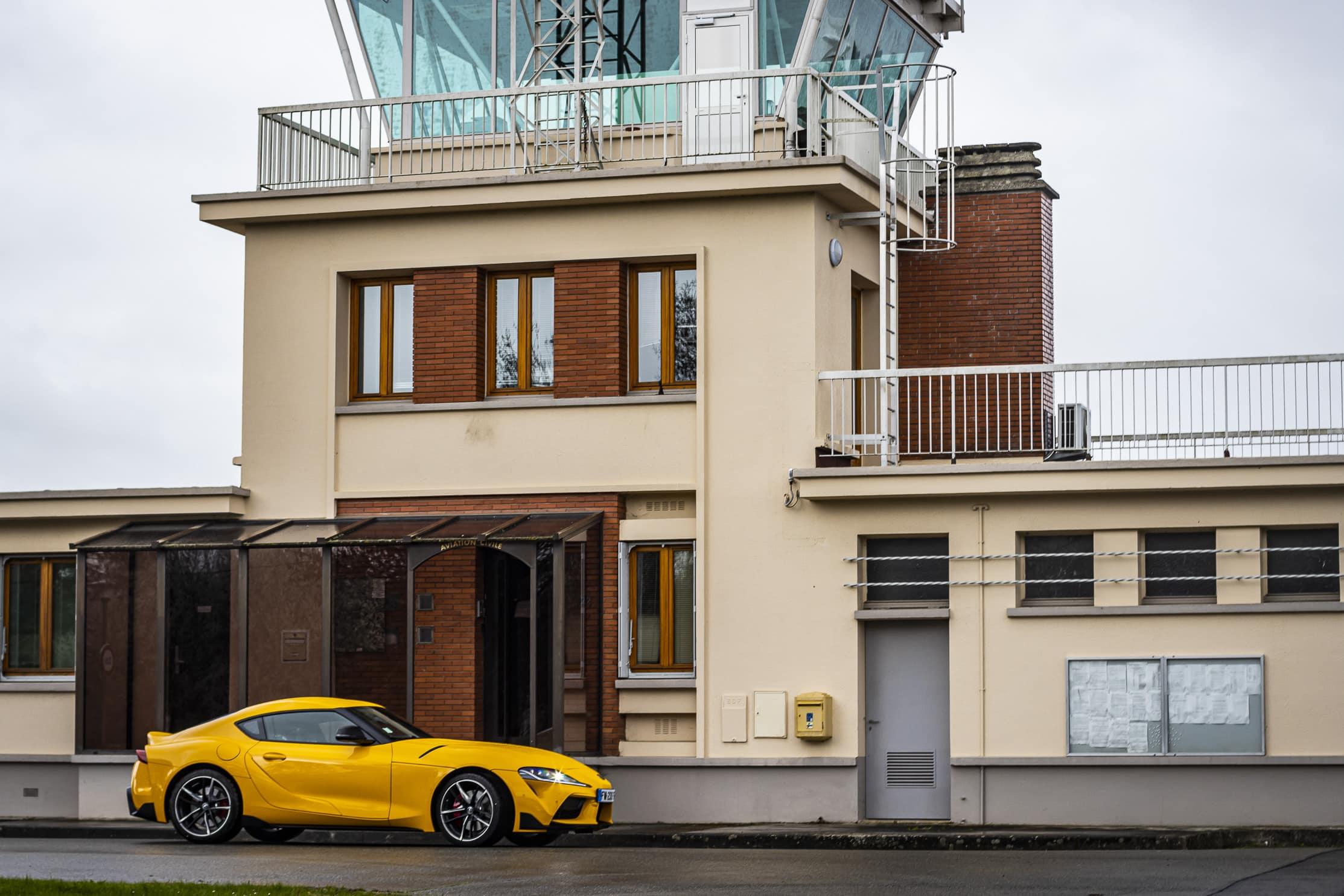Toyota Supra jaune tour de contrôle