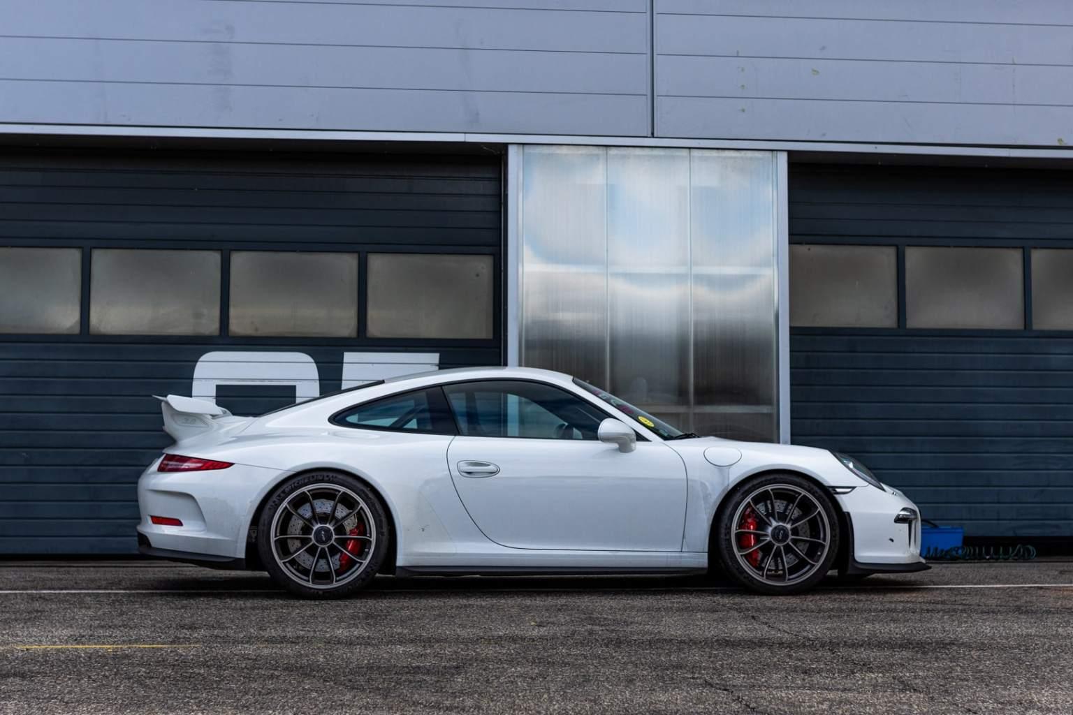 White 911 GT3