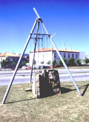 Carlos Barreira Seara mecânica, 1996 Ferro e pedra 550x700x400 cm