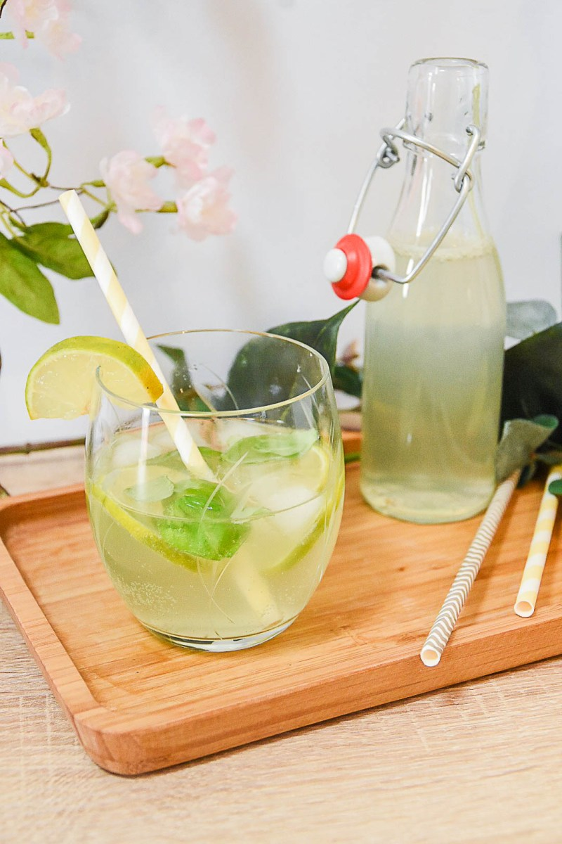 Sommerdrink mit Limetten und Basilikum