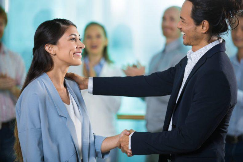 Patron souriant félicitant une femme mangager effet Pygmalion