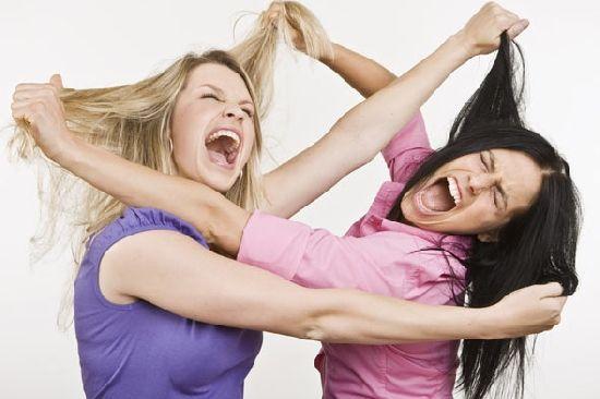 Las que se tiran de los pelos son las niñas que se quedaron atrapadas en ese momento.