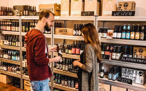 Kundin wird im Verkaufsraum der Bierbude Duisburg beraten
