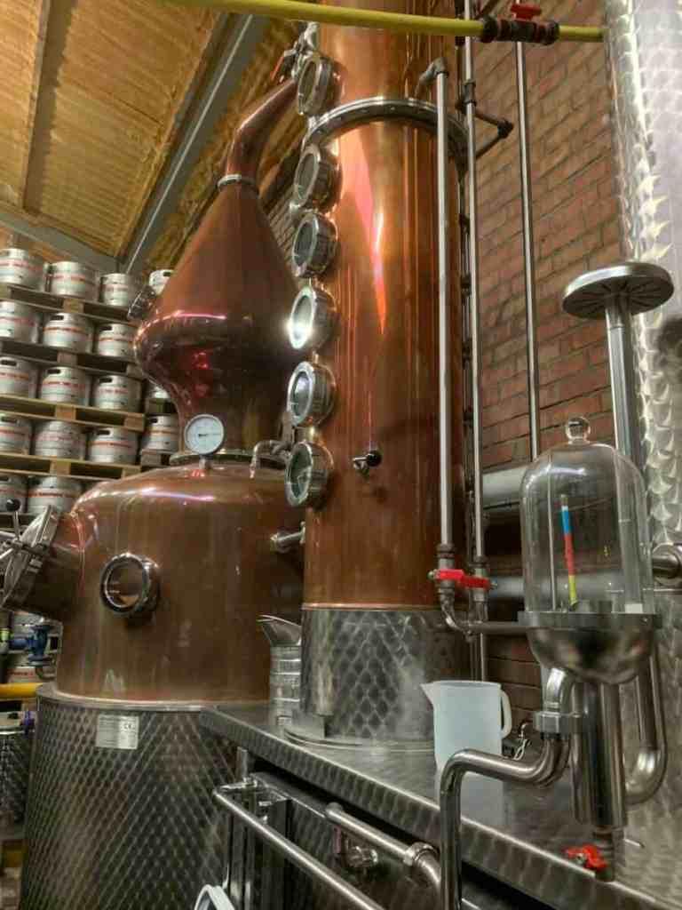 Visitez la Distillerie Tos créée en 2017 au sein de la Brasserie Saint Germain qui produit la bière page 24