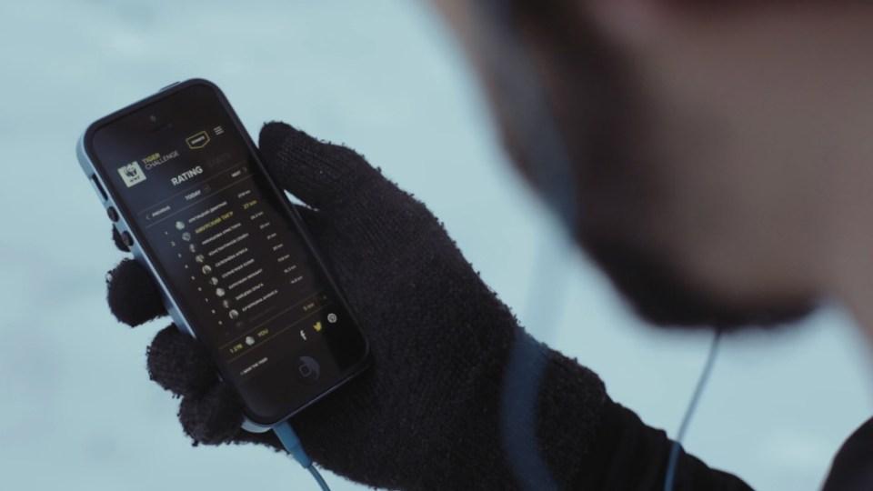 nærbilde av en som holder mobiltelefon og løpe appen