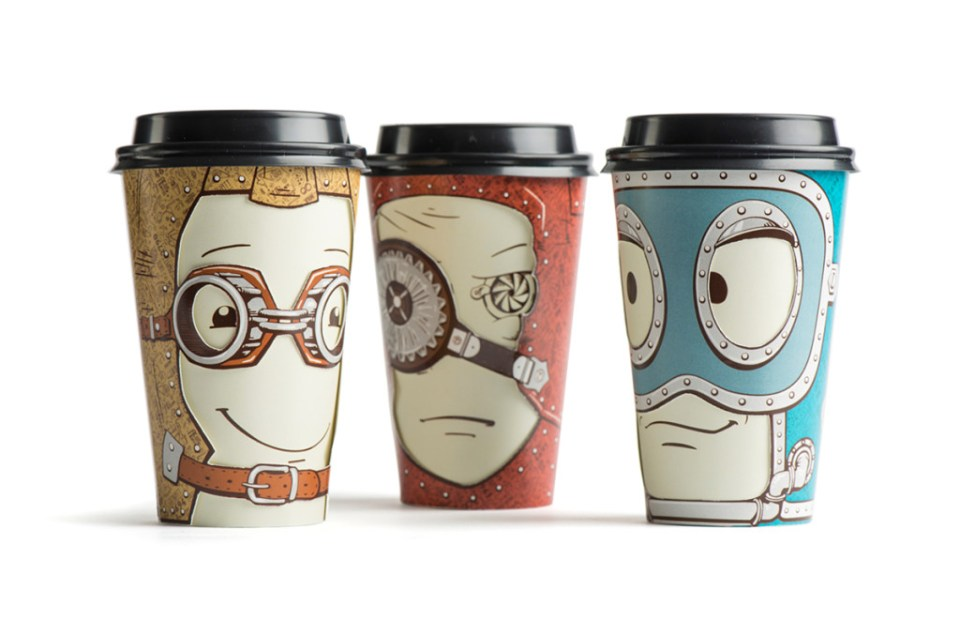 tre kaffekopper med ansikt