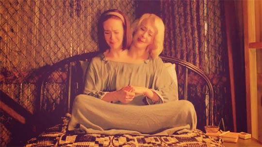 Avance American Horror Story_ Freak Show (4x09) Tupperware Party Massacre - Sarah Paulson (Bette Tattler, Dot Tattler)