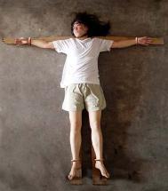 酷刑演示:銬在「十字架」上