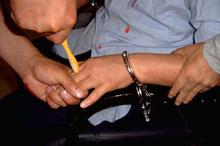 酷刑演示:牙刷鑽指縫