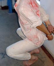 酷刑演示:半蹲反銬背掛(就是站不起來也蹲不下)