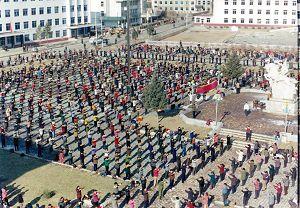 圖為一九九八年初春,遼寧省撫順市新賓滿族自治縣四千多名法輪功修煉者在縣政府前面的街心公園煉功的場景。