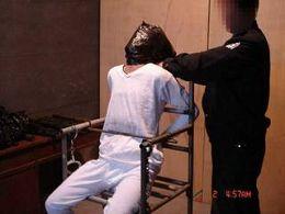 酷刑演示:塑料袋套頭