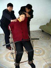 鐵椅子:關進小號,把人摁在鐵椅子上,鐵夾扣上腿,再戴上腳鐐,手反背扣上,椅子上有鐵钁,強行掰上,再把鐵鏈子掛上往下拉扣上。