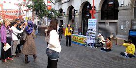 英國法輪功學員近幾個月來每週六都在倫敦唐人街展示功法、講真相