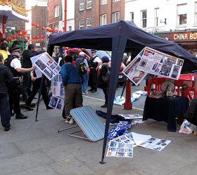 警察在暴徒衝擊英國退出中共服務中心活動現場後來調查