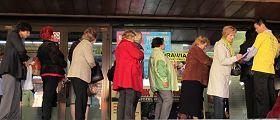 波蘭民眾紛紛找出自己的身份證號碼,準備簽名反對中共活摘法輪功學員器官罪行