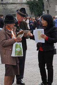 奧地利薩爾斯堡老城市中心廣場上,人們紛紛簽名譴責中共活摘器官暴行