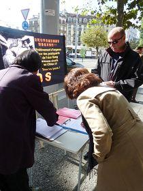 瑞士學員在多個城市徵集反迫害簽名