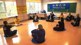 塔林精神健康展覽會上,人們踴躍學煉法輪功