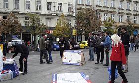 捷克法輪功學員在首都布拉格繁華的市中心瓦次拉夫廣場舉辦揭露中共活摘法輪功學員器官的罪行及徵簽活動。