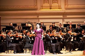 神韻著名女高音歌唱家黃碧如在演唱《生命的意義