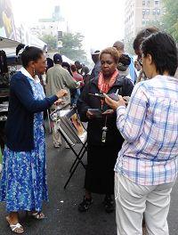 '法輪功學員在紐約布碌倫區集市上設立攤位,傳播真相。'