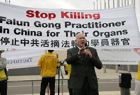 《失去新中國》的作者伊森•葛特曼先生在集會上發言