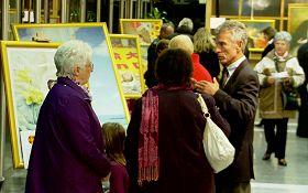 國際真善忍美展」在法國東部汝拉省總理事會大廳內展出