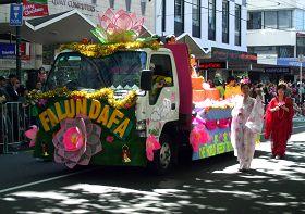法輪功學員精心裝飾的花車