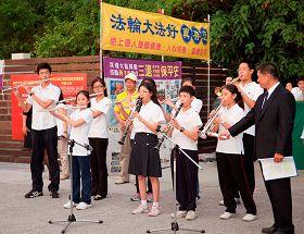 腰鼓隊和小弟子分別表演「法輪大法好」等樂曲,吸引很多大陸民眾駐足聆聽觀看