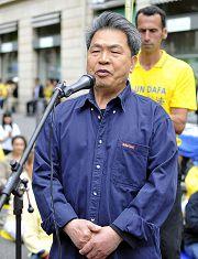 法國中國民主黨主席吳江在集會上發言