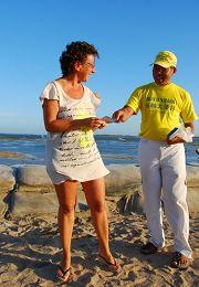 印尼巴釐島法輪功學員在Mertasari的沙努爾海灘講真相