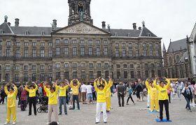 荷蘭法輪功學員在達姆廣場煉功