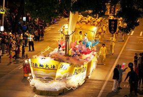 「法船」造型的花車美麗殊勝莊嚴