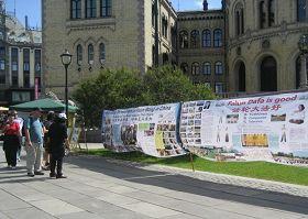 法輪功學員在挪威首都奧斯陸的國會前舉辦講真相活動