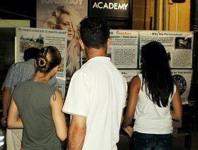 '塞浦路斯首都的民眾認真閱讀法輪功真相展板'