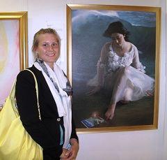 芬蘭大學生哥斯吉恩說她想嘗試法輪功,因為真善忍美展讓她就像畫作《我是誰?》裏的女孩一樣有了突然的了悟