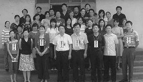 '二零零七年六月「湖北省法制教育中心」第二期結束:前排左一為劉瓊,左三為科長畢慧瓊、左四為書記江成方、左五為隊長張修明,左六為科長龔健、右一為何偉'