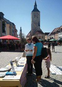 '代根多夫市市民向法輪功學員詢問哪裏可以學功。'
